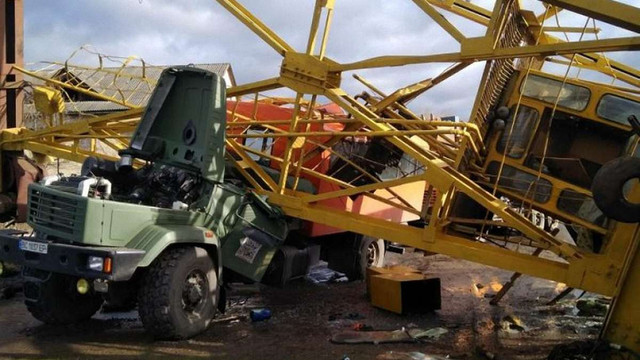 В Івано-Франківську козловий кран впав на вантажівку, загинуло двоє людей