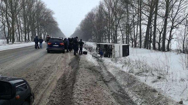 На Харківщині через сильний вітер на трасі перекинувся автобус із пасажирами
