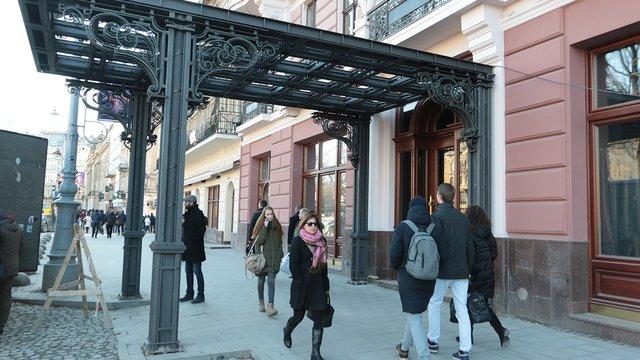 Львівська мерія вимагає демонтувати самовільно встановлений дашок при вході у «Гранд Готель»