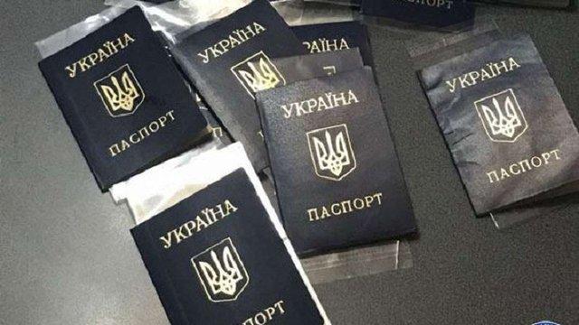 У Львові на хабарі затримали працівника міграційної служби та його посередника