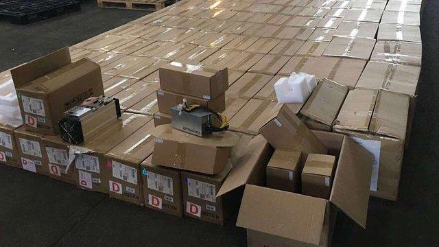 В аеропорту «Бориспіль» митники конфіскували 200 пристроїв для видобування біткоїнів