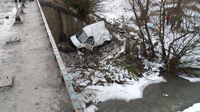 На трасі Київ-Чоп автомобіль впав із мосту, водій загинув