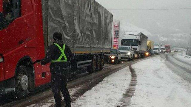На перевалах  між Львівщиною і Закарпаттям через снігопади утворились автомобільні затори