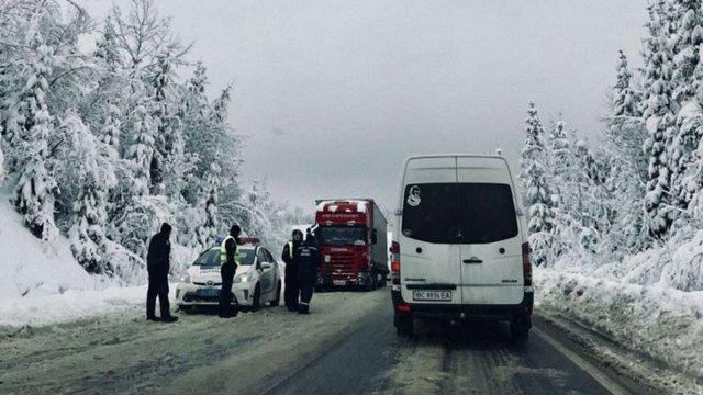 Перевал між Львівщиною і Закарпаттям досі не почистили від снігу, рух місцями паралізовано
