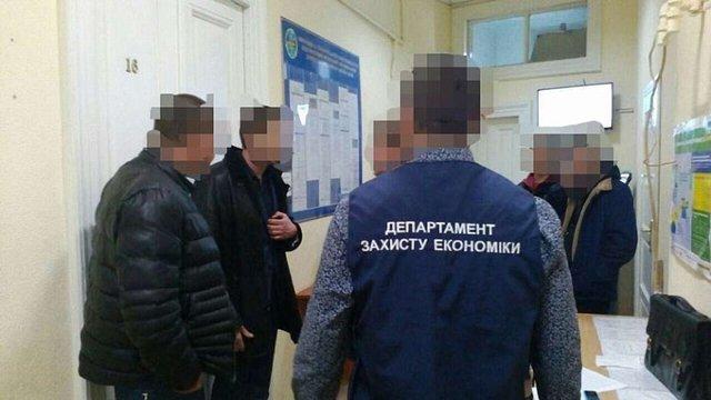 Суд взяв під варту затриманого на вимаганні хабарів працівника ДМС Львівщини та його посередника