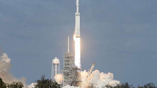 SpaceX запустила найпотужнішу в світі ракету з автомобілем Ілона Маска на борту