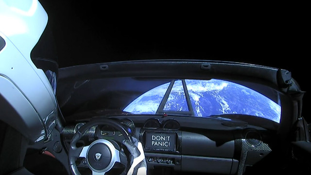 Електромобіль Ілона Маска покинув орбіту Землі і рухається до астероїдів