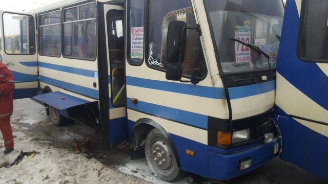 У Львові автобус, в якому загорівся моторний відсік, зіштовхнувся із приміською маршруткою