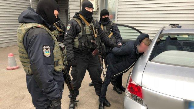 Нацполіція викрила посадовців ДМС, які торгували біометричними паспортами і наркотиками