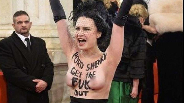 Активістка Femen роздяглася на Віденському балу через приїзд Петра Порошенка
