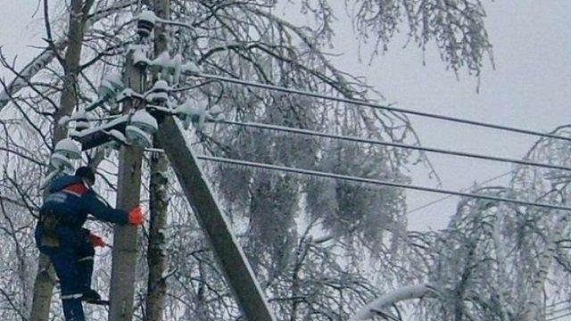 Через сильні снігопади понад 150 населених пунктів у п'яти областях залишилися без електрики