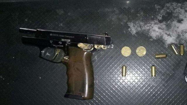 У п'яного львів'янина, який курив у тролейбусі, патрульні виявили пістолет та набої
