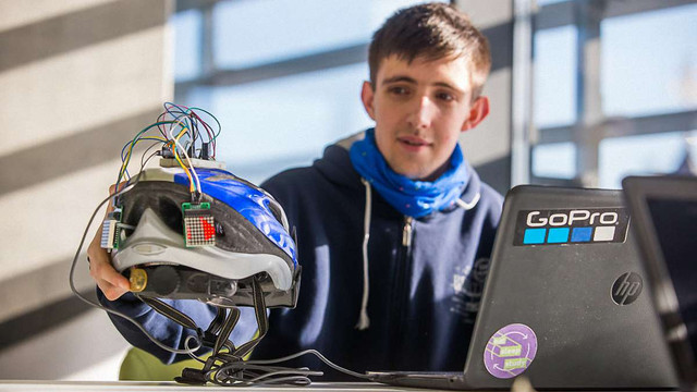 Львівський студент створив розумний велошолом, що за нахилом голови показує сигнали поворотів