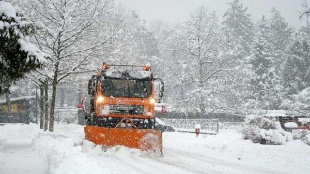 Через погіршення погоди у Львові цілу ніч працюватиме снігоприбиральна техніка