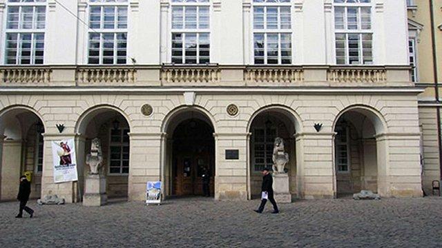 Депутати від «Свободи»виламали головні двері до львівської Ратуші