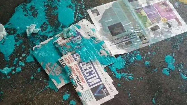 У Києві облили фарбою розповсюджувачку газети «Вести»