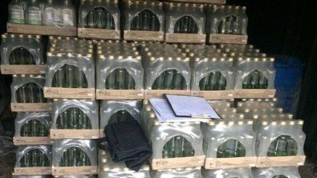 В одному з гаражів Ужгорода знайшли 4000 пляшок фальсифікованої горілки та 800 л спирту