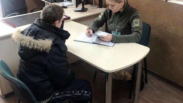 У Шегинях 34-річний чоловік навприсядки намагався пройти через пункт прикордонників