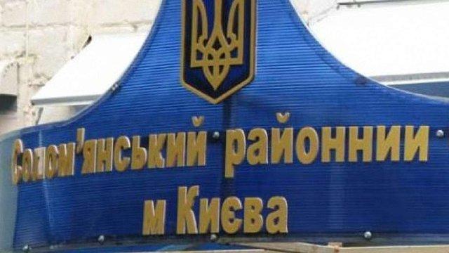 Невідомий сокирою потрощив автівки у дворі Солом'янського райсуду в Києві