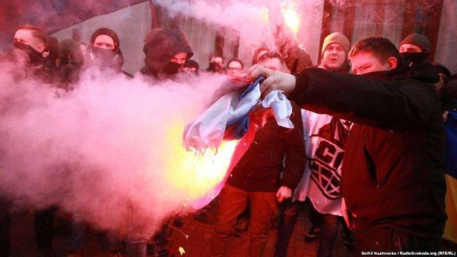 Праворадикали розмалювали Російський культурний центр у Києві і спалили російський прапор