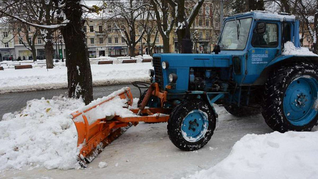 У неділю зранку вулиці Львова прибирали 16 одиниць техніки