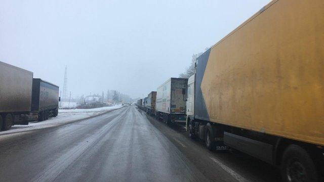 Росія без пояснень припинила пропускати вантажівки з України