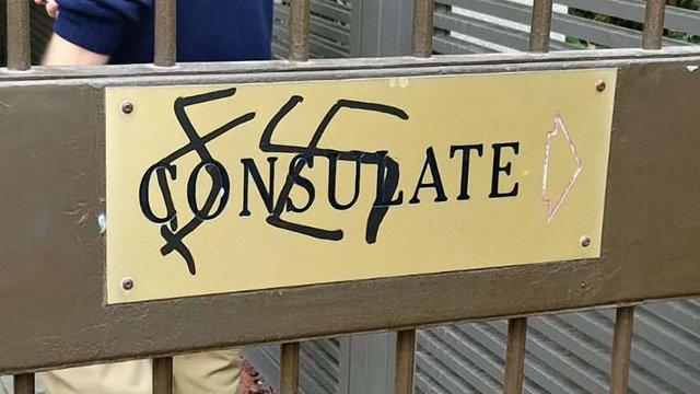 В Ізраїлі вандали намалювали свастикубіля входу в посольство Польщі