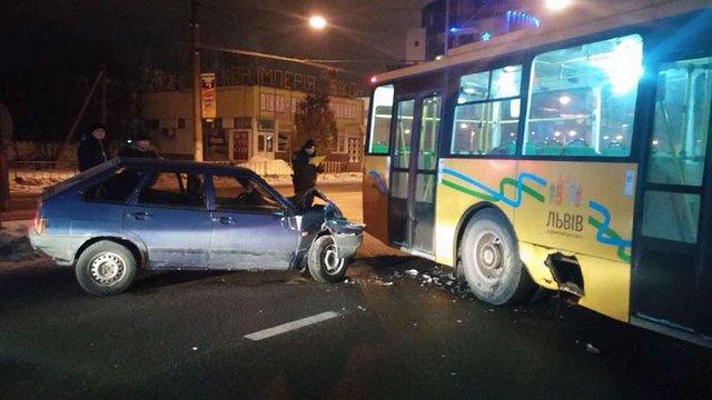 У Львові п'яний водій на автомобілі ВАЗ в'їхав у тролейбус
