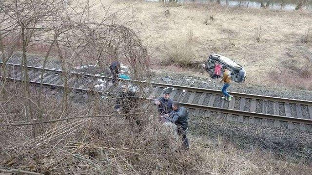 На Закарпатті після ДТП авто з людьми вилетіло на залізничну колію перед потягом