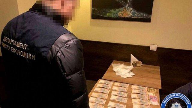 Поліція затримала посадовця «Укрзалізниці» під час отримання ₴10 тис. хабара у Львові