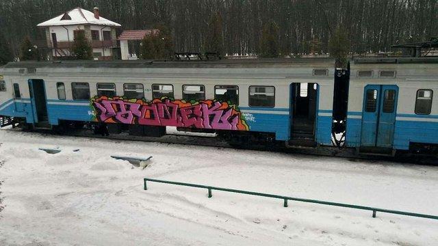 Вночі у Трускавці невідомі розмалювали вагони електропоїзда