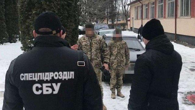 На Хмельниччині командира військової частини затримали за хабарі