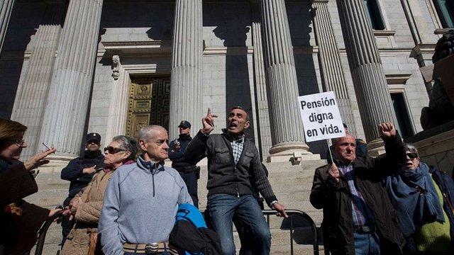 В Іспанії тисячі пенсіонерів на декілька годин заблокували парламент