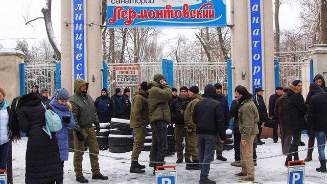 В Одесі люди в балаклавах та зі шматками арматури захопили санаторій