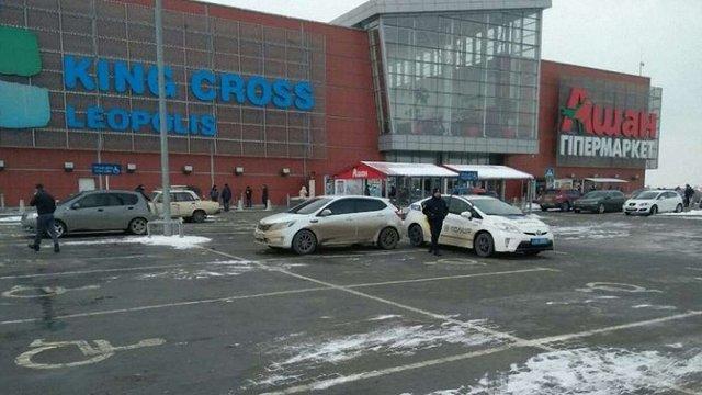 У Львові поліція оштрафувала 7 водіїв за паркування на місцях для людей з інвалідністю біля ТРЦ