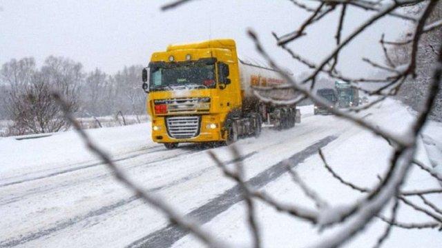 На Івано-Франківщині через снігопад вночі частково обмежували рух вантажівок