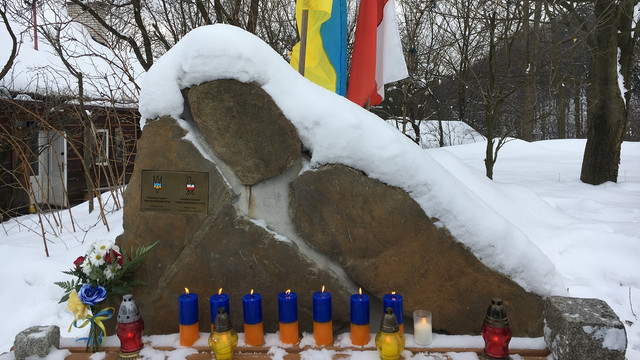 Польський дисидент встановив у приватній садибі пам'ятний знак Героям Небесної Сотні