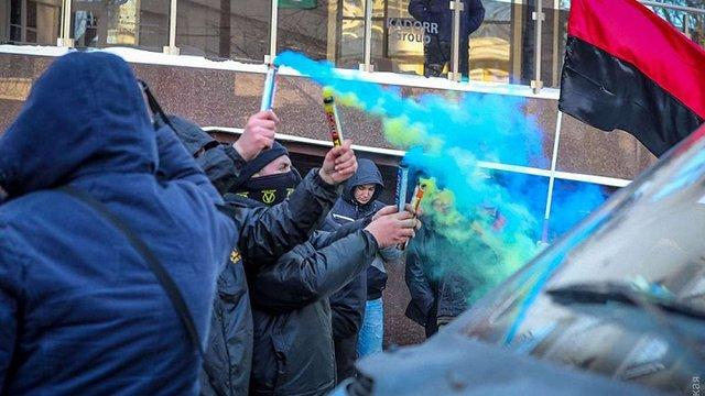 Активісти патріотичних організацій облили фарбою паркан російського консульства в Одесі