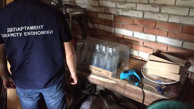 На Львівщині поліція викрила організаторів мережі з виробництва фальсифікованого алкоголю