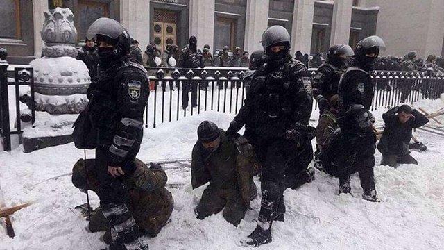 У Києві сталася сутичка між поліцією і місцевими жителями через знесення альтанок на березі озера Карачун - Цензор.НЕТ 4931