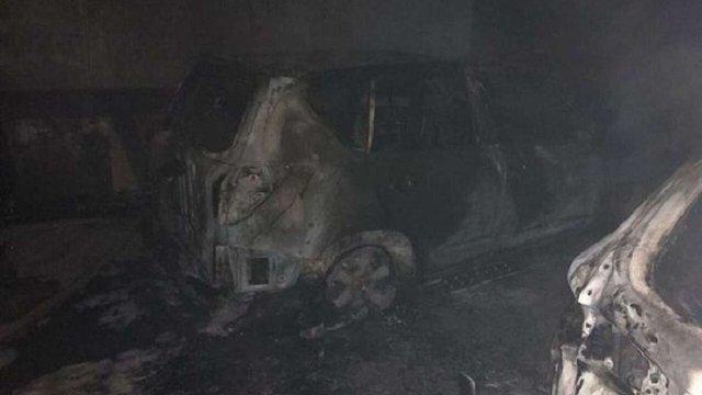 В Києві декілька автомобілів згоріли під час пожежі в підземному паркінгу