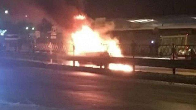 У Києві поблизу метро підірвали легковий автомобіль