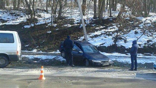 У Львові внаслідок ДТП на автомобіль впала електроопора