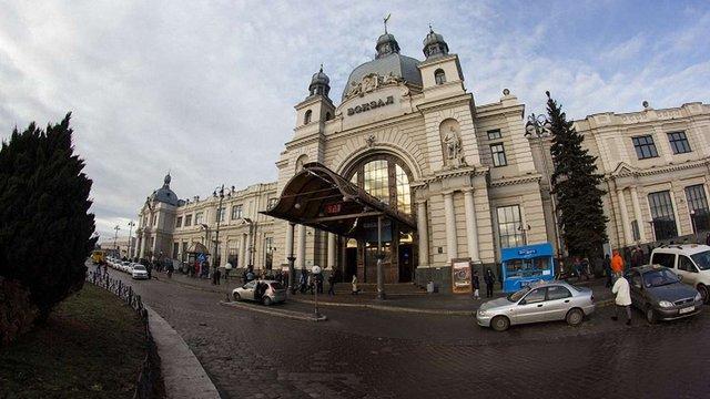 Через повідомлення про замінування з львівського вокзалу евакуювали людей