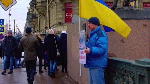 У Петербурзі на активіста з українським прапором напали з ножем