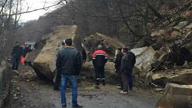 На Закарпатті обвал скелі перекрив дорогу до гірського села