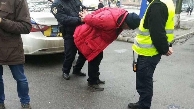 У Києві чоловік з іграшковою бомбою намагався захопити акціонерне товариство