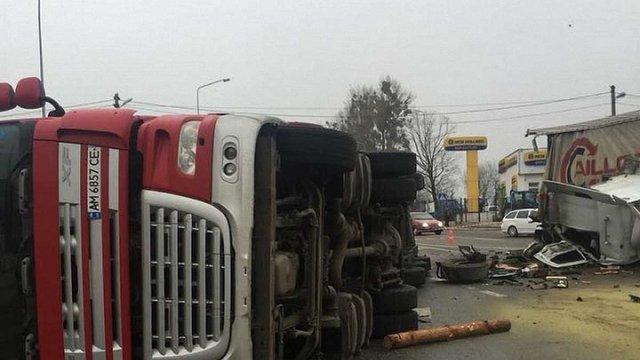 Унаслідок аварії на трасі Київ–Чоп постраждали двоє людей, пасажир фури у реанімації