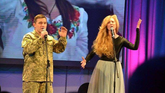 Воїн АТО та актор фільму «Кіборги» заспівав у дуеті із сестрами Тельнюк