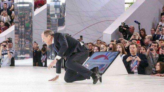Російський міністр Сергій Лавров упав на сцені форуму «Росія – країна можливостей»